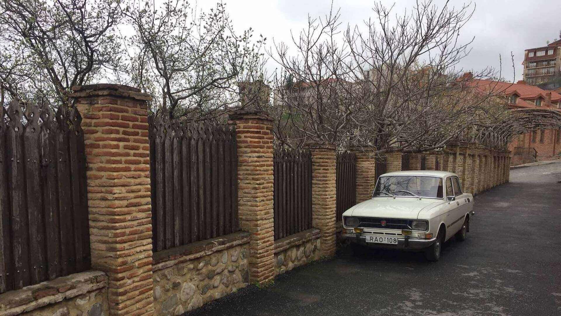Auto in een straat in Signagi