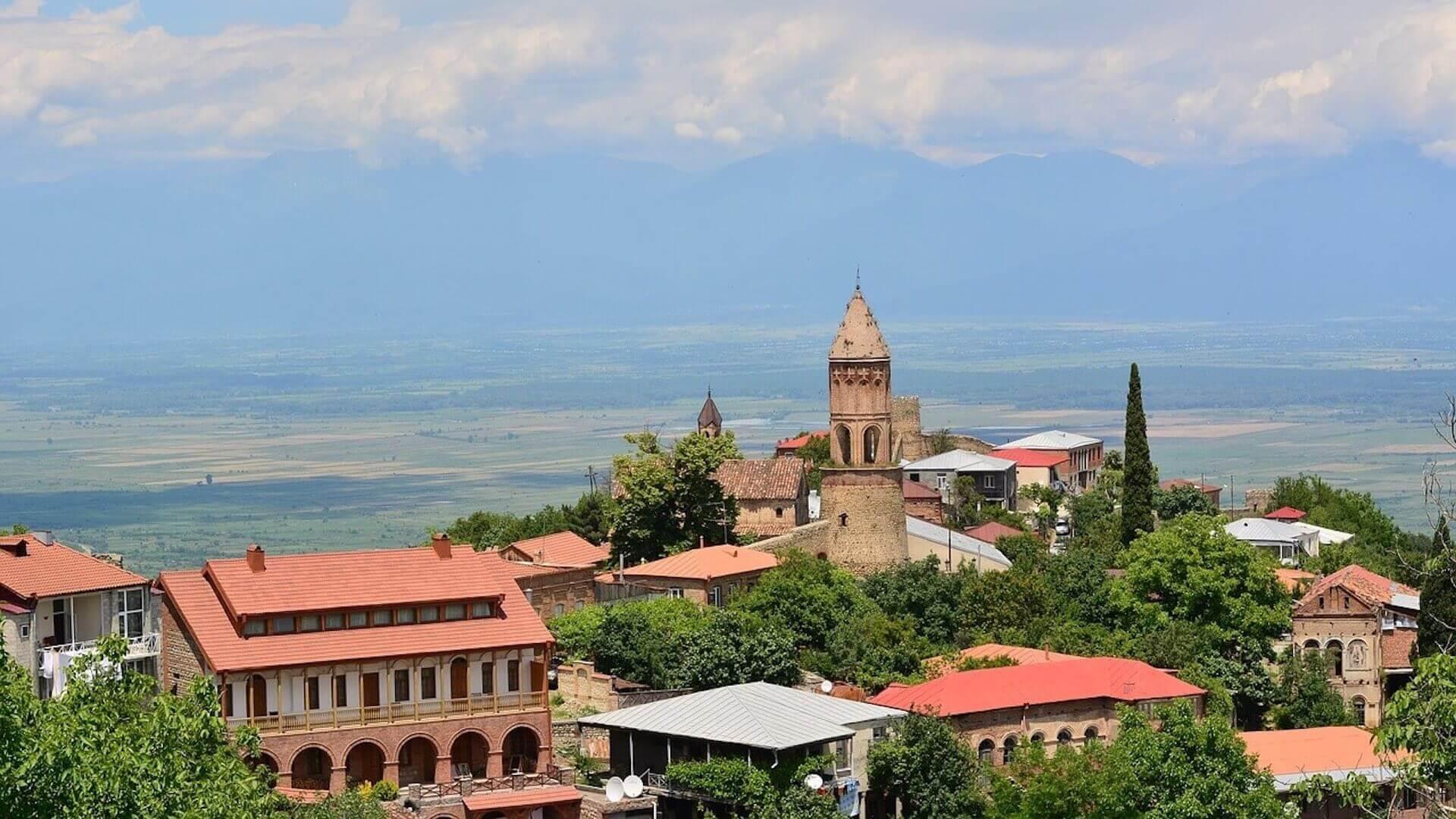 Uitzicht op de kerk en de oude stad van Signagi in Georgië