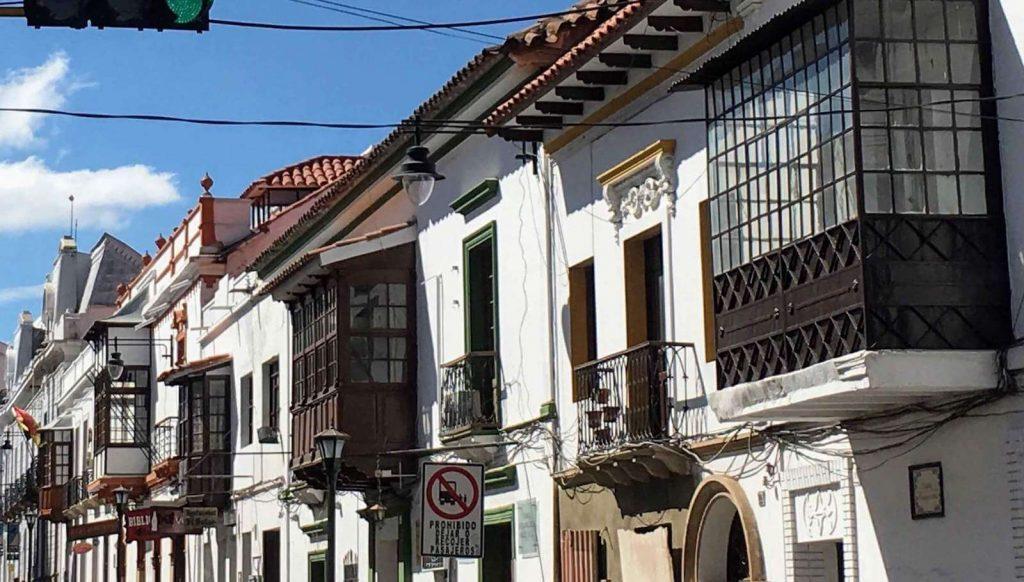 Witte gevels in het oude centrum van Sucre in Bolivia
