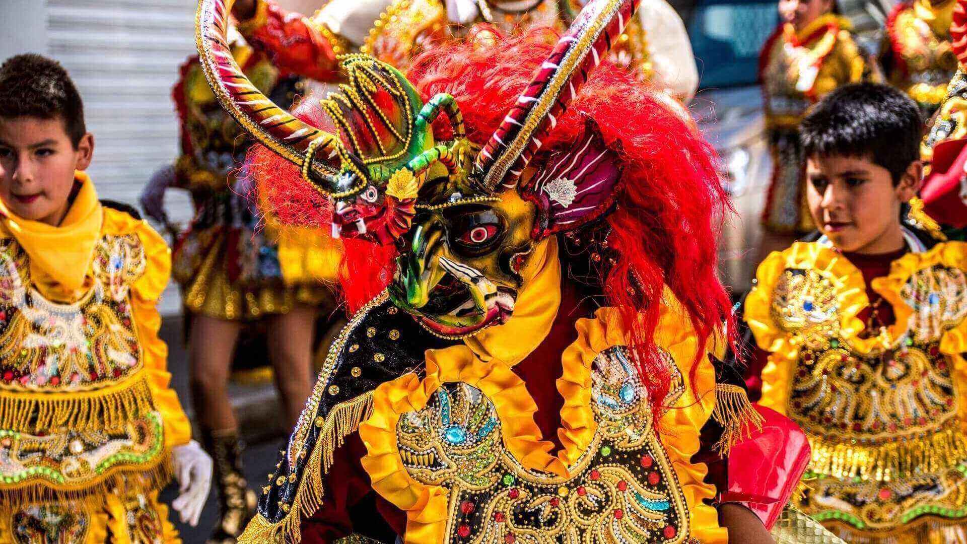 Carnavalsoptocht in het centrum van Sucre in Bolivia