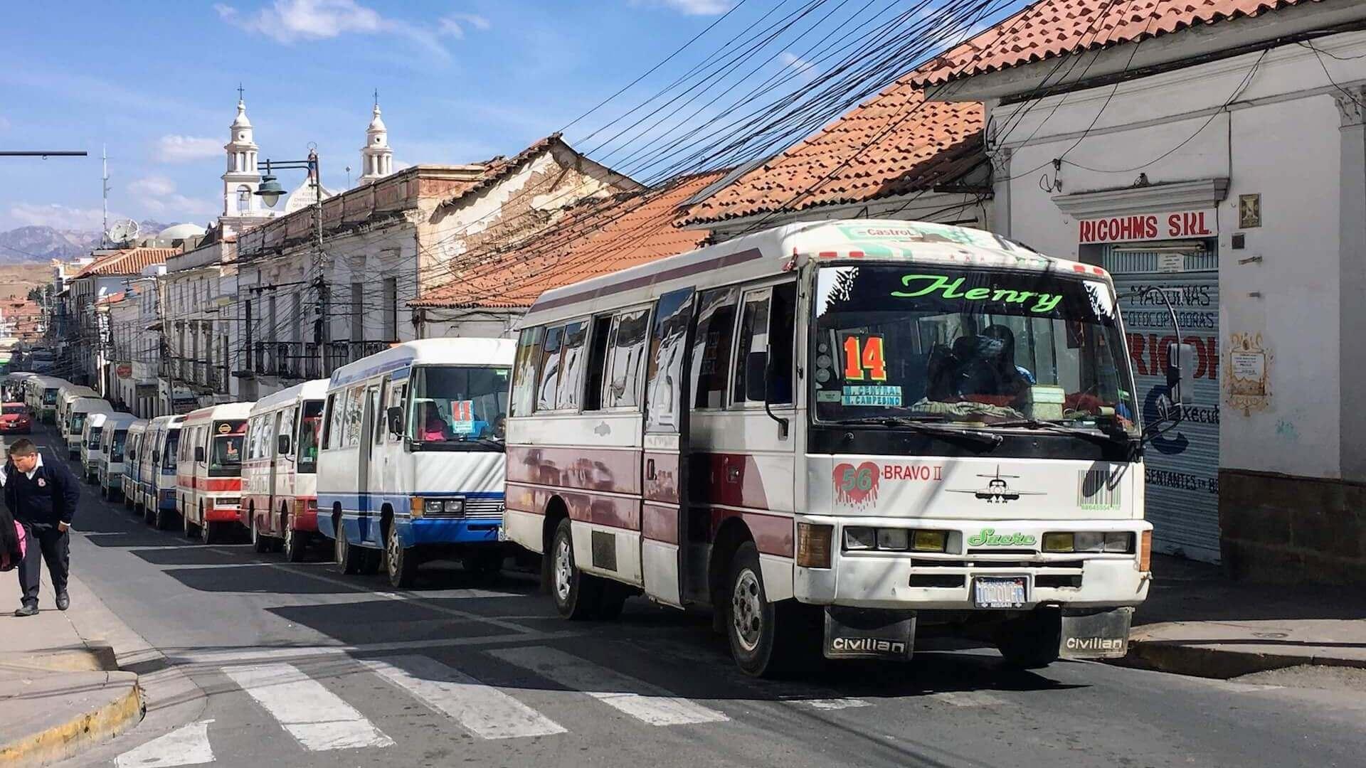 Rij stadsbussen in het oude centrum van Sucre in Bolivia