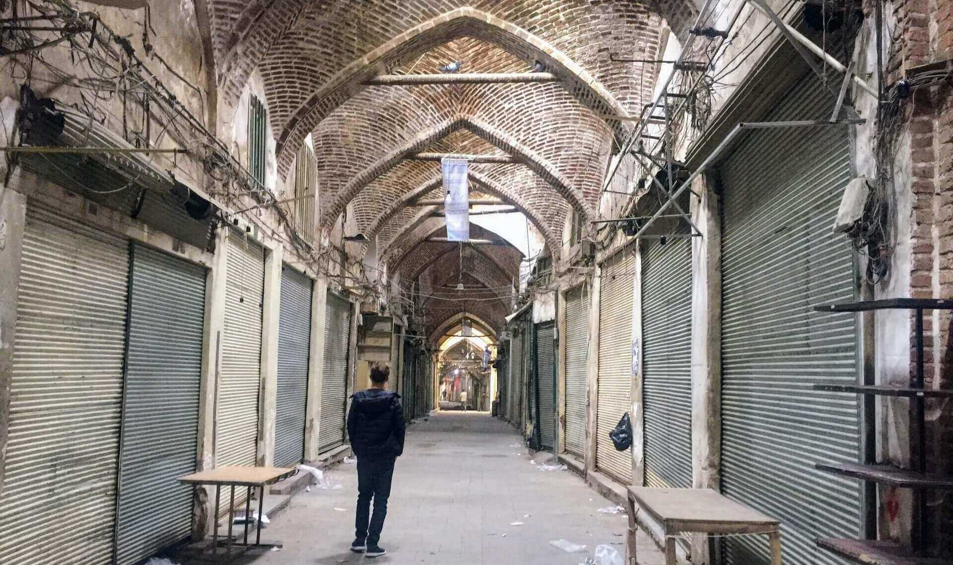 Eenzame backpacker in de verlaten Bazaar van Tabriz in Iran