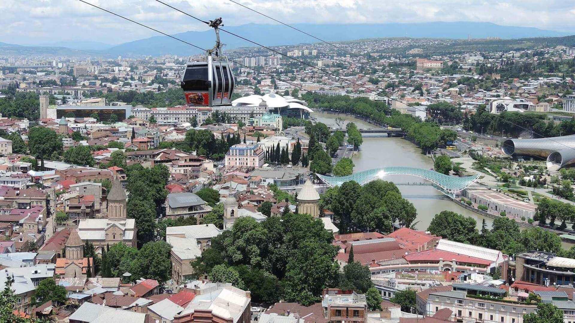 Kabelbaan en uitzicht op Tbilisi