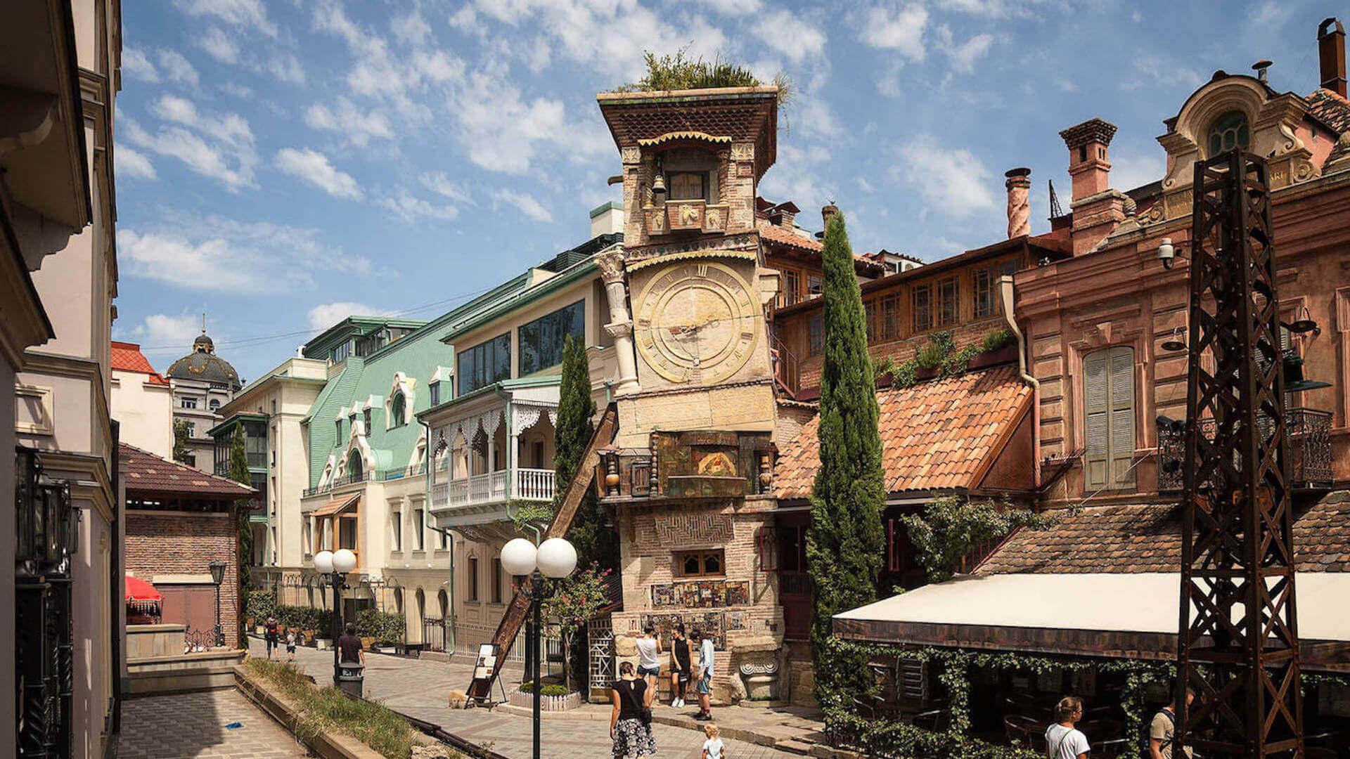 Klokkentoren in de oude stad van Tbilisi
