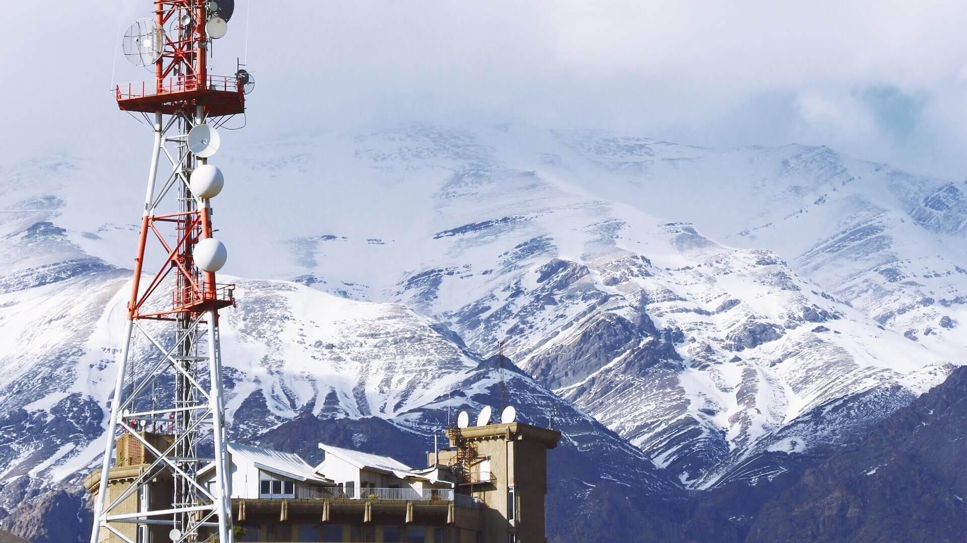 Bergen met sneeuw in het noorden van Teheran in Iran