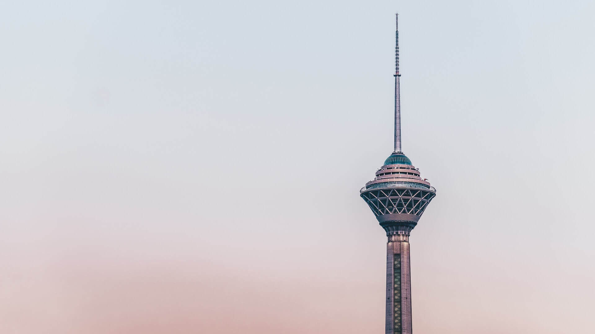 Hoge toren in het centrum van Teheran
