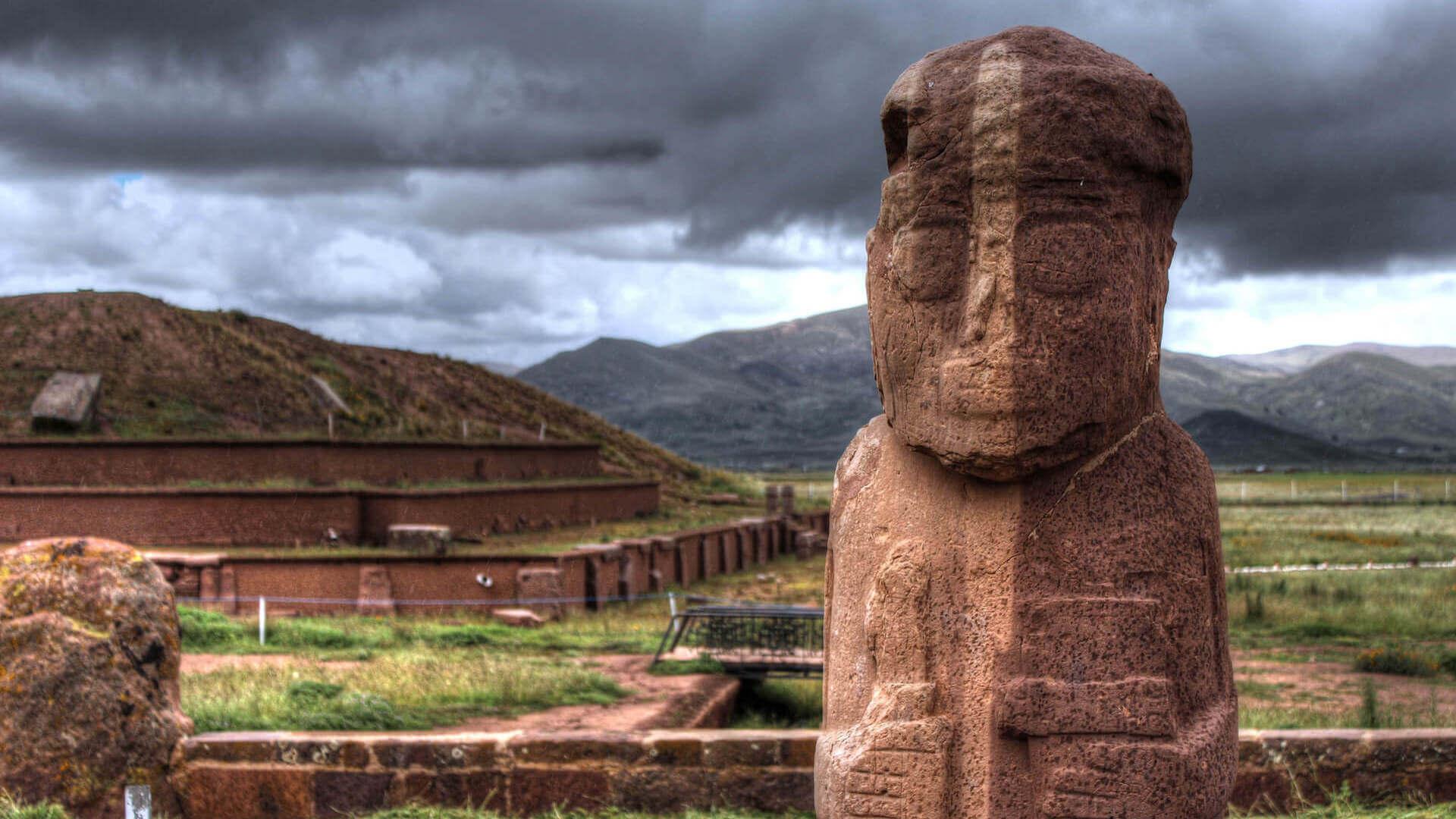 Beeld in de oude stad Tiwanaku in Bolivia
