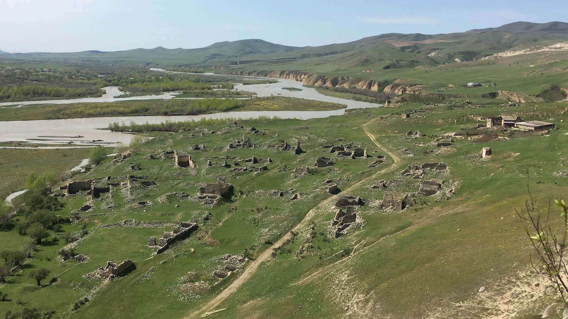 Verlaten woningen in de oude stad Uplistsikhe in Georgië