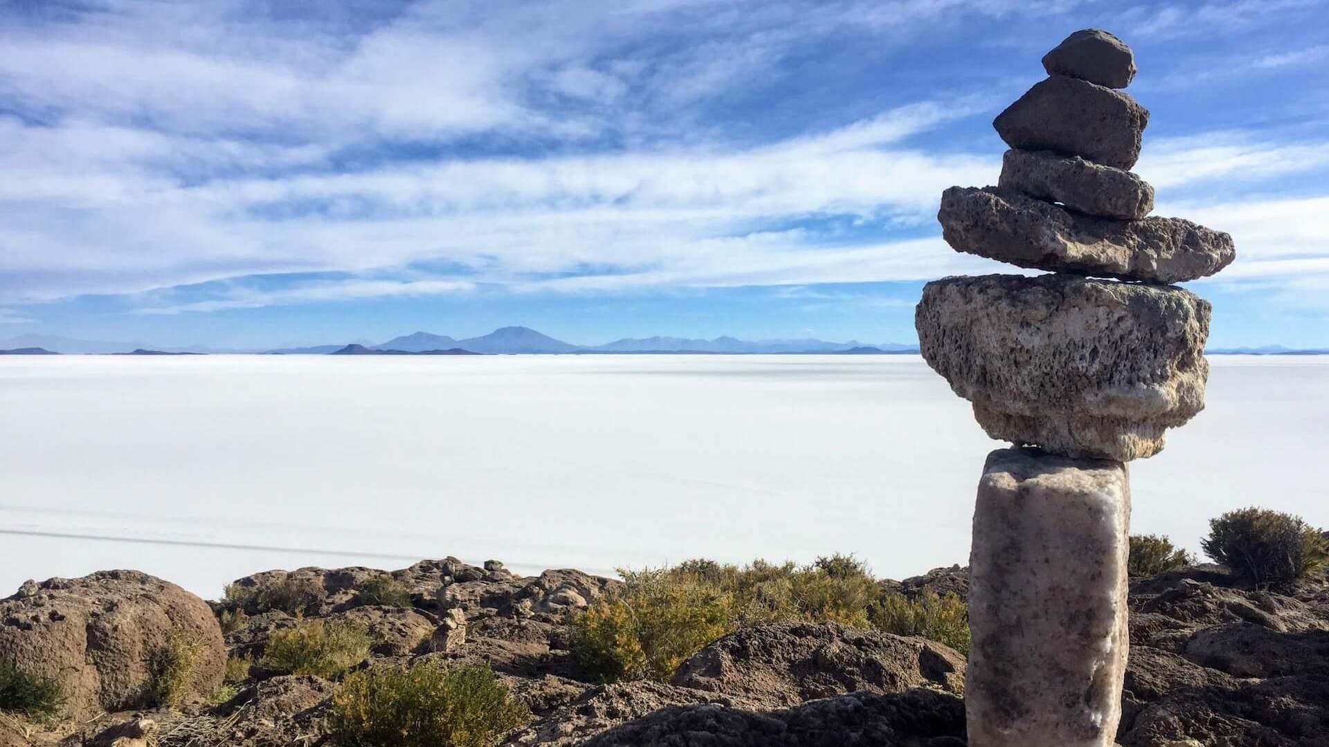 Gestapelde stenen op een eiland in de zoutvlakte van Uyuni