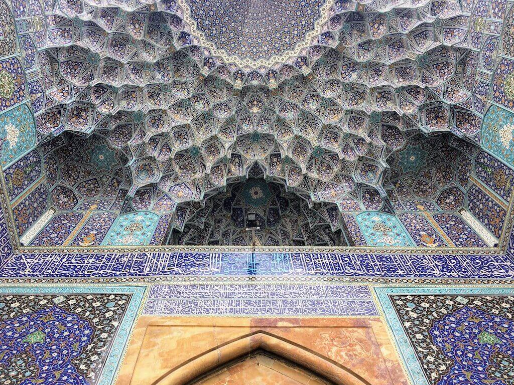 Patroon in het plafond van de moskee van de sjah in Isfahan