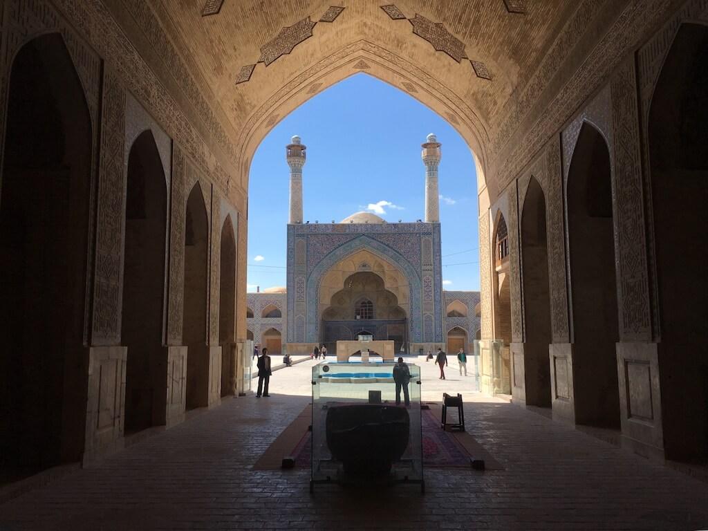Zicht op een iwan van de vrijdagmoskee in Isfahan