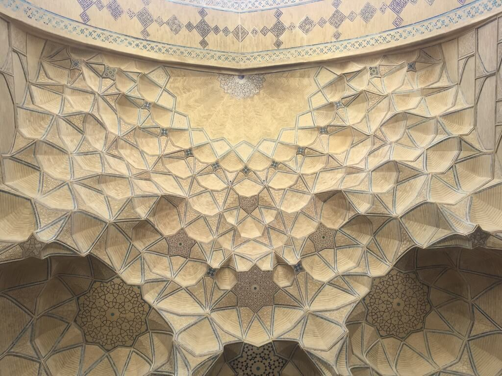 Patroon op het plafond van de vrijdagmoskee in Isfahan