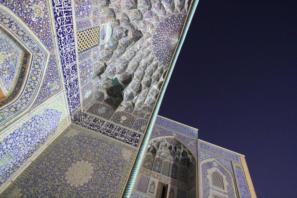 Plafond van de Sjeik Lotfollah moskee in Isfahan en de buitenlucht