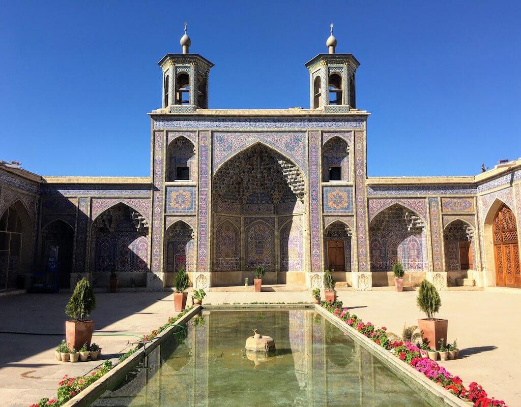 Binnenplaats van de Nasir al Molkmoskee in Shiraz, Iran