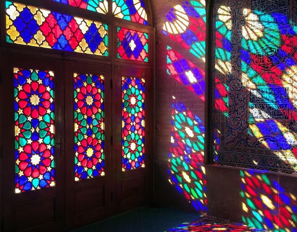 Licht door het glas in lood van de Nasir al Molkmoskee in Shiraz