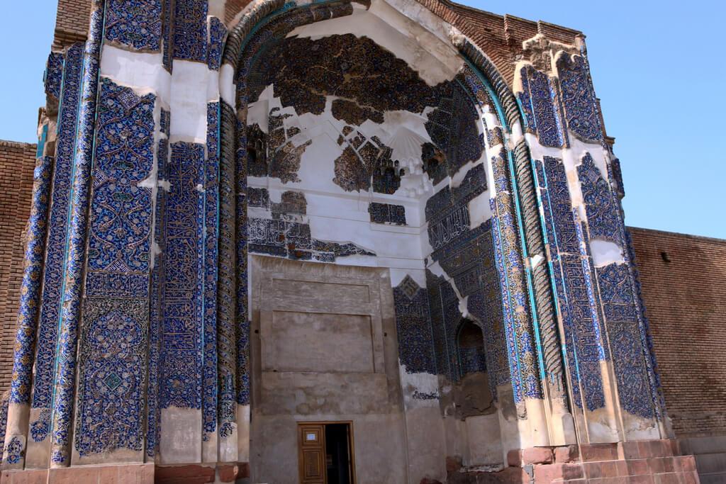 Buitenzijde van een iwan van de Blauwe moskee in Tabriz