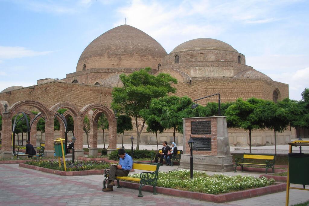 Gerestaureerde koepels van de Blauwe moskee in Tabriz