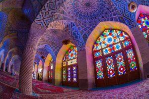Hal en glas in lood van de Nasir al Molkmoskee in Shiraz