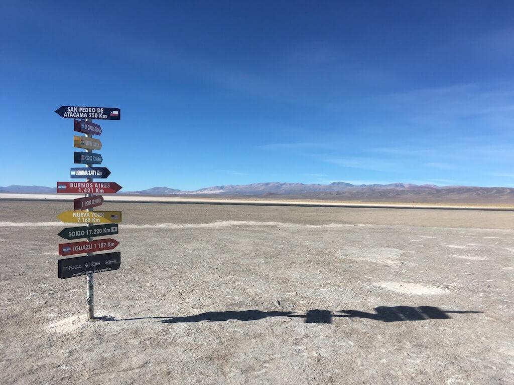 Wegwijzer in de Salinas Grandes in Argentinië