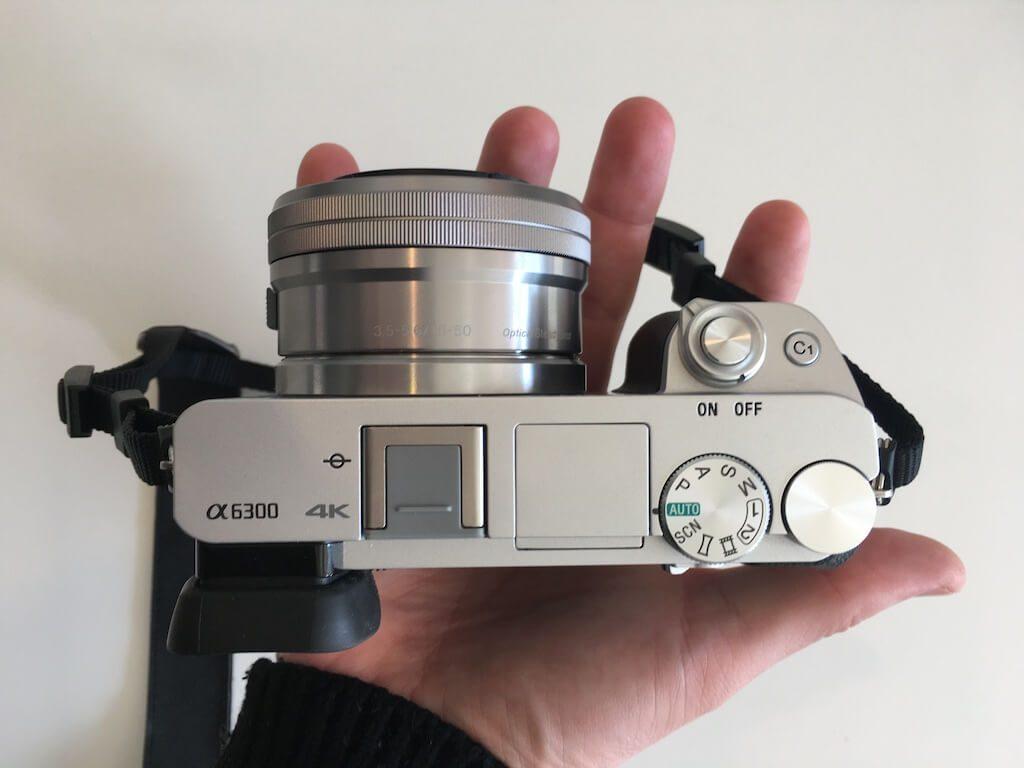 Sony alpha 6300 camera in een hand
