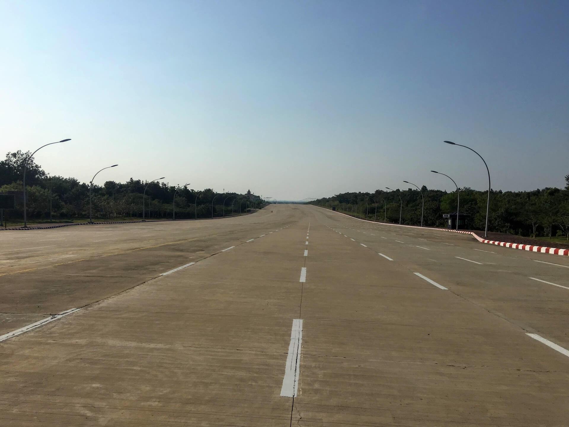 Een verlaten weg in het centrum van Naypyidaw
