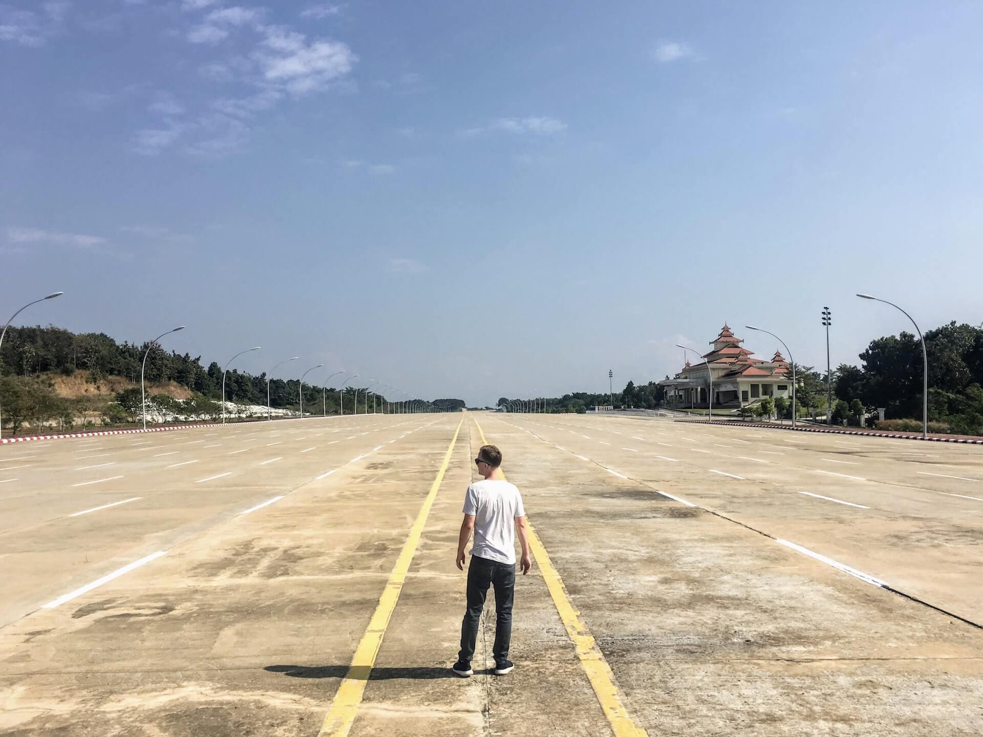 Een man op een verlaten weg in Naypyidaw