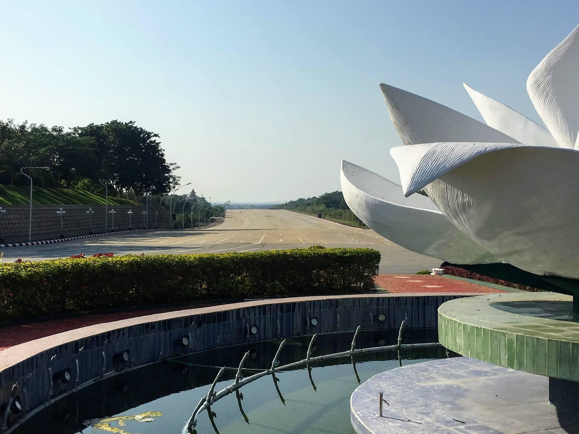 Een verlaten rotonde in het centrum van Naypyidaw
