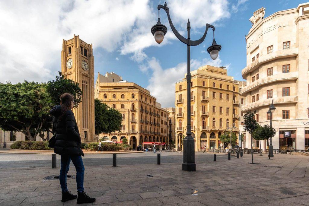 Een vrouw kijkt uit over een plein in het centrum van Beiroet in Libanon