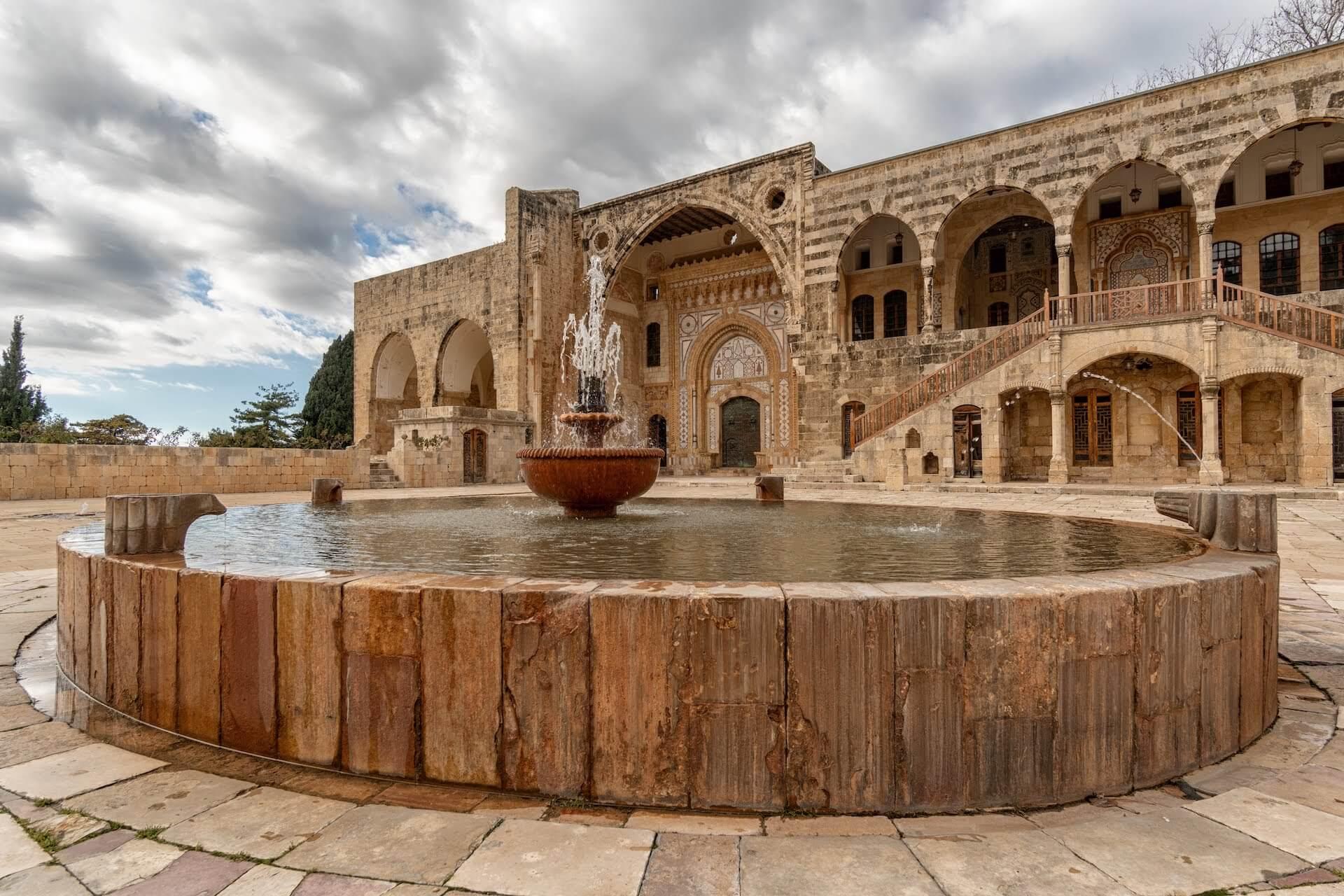 De voorplaats van het Beiteddine paleis in Beit ed-Dine