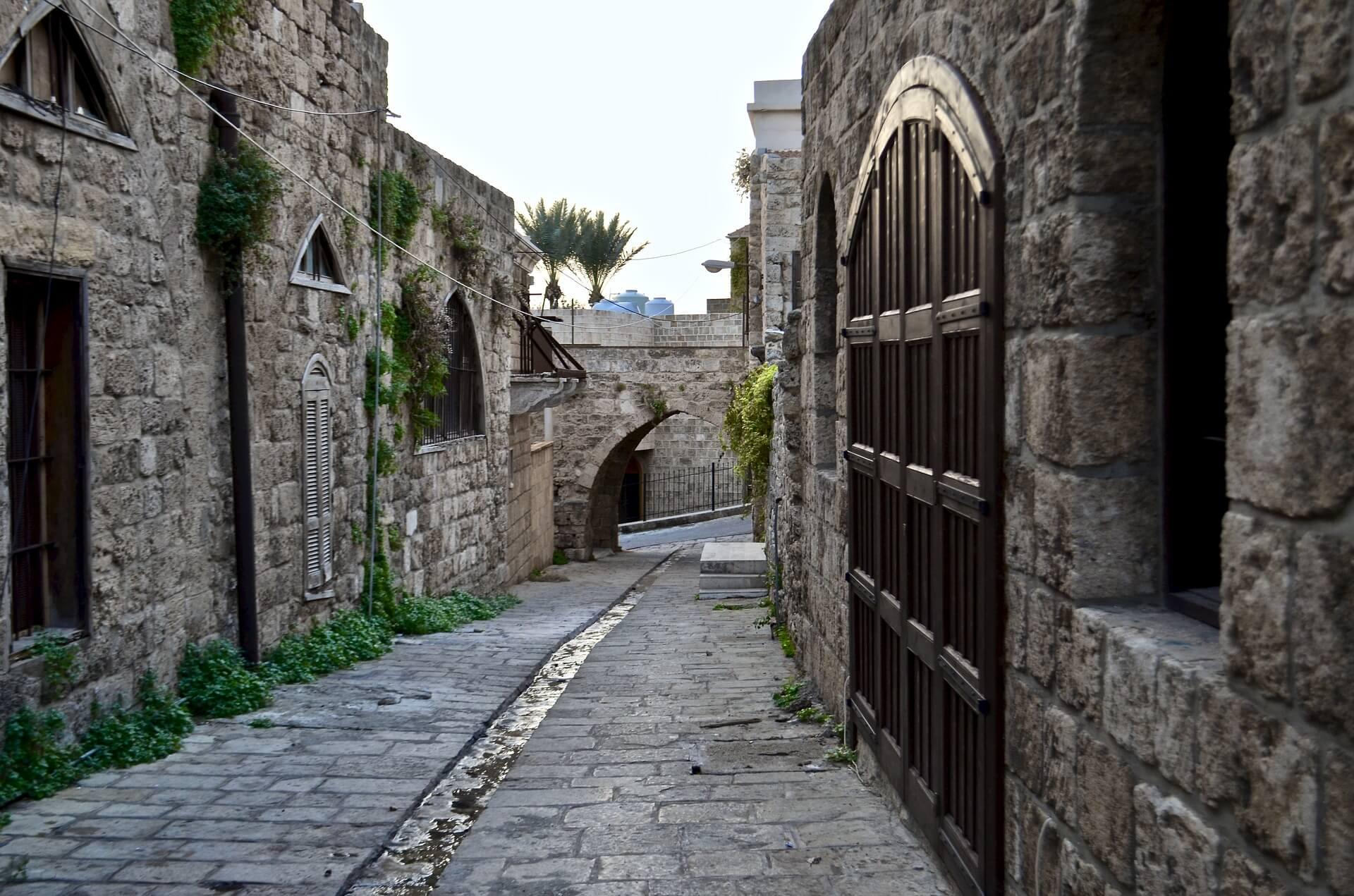 Straatje door de oude Souk in Byblos