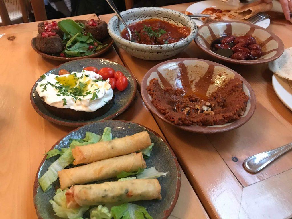 Een tafel met Libanese gerechten