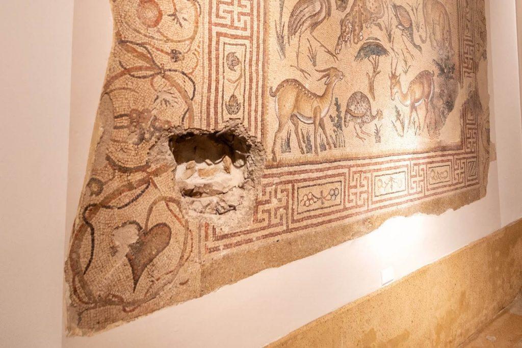 Kogelgaten in een mozaïek in het Nationaal Museum van Beiroet