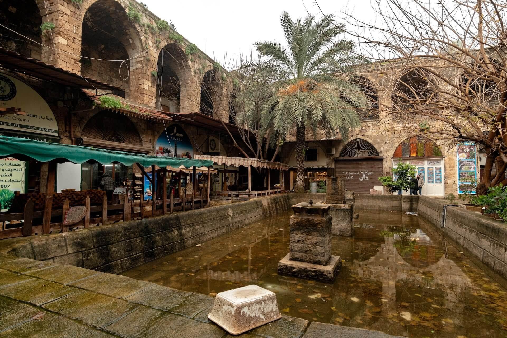 Fontein op de binnenplaats van een karavanserai in Tripoli