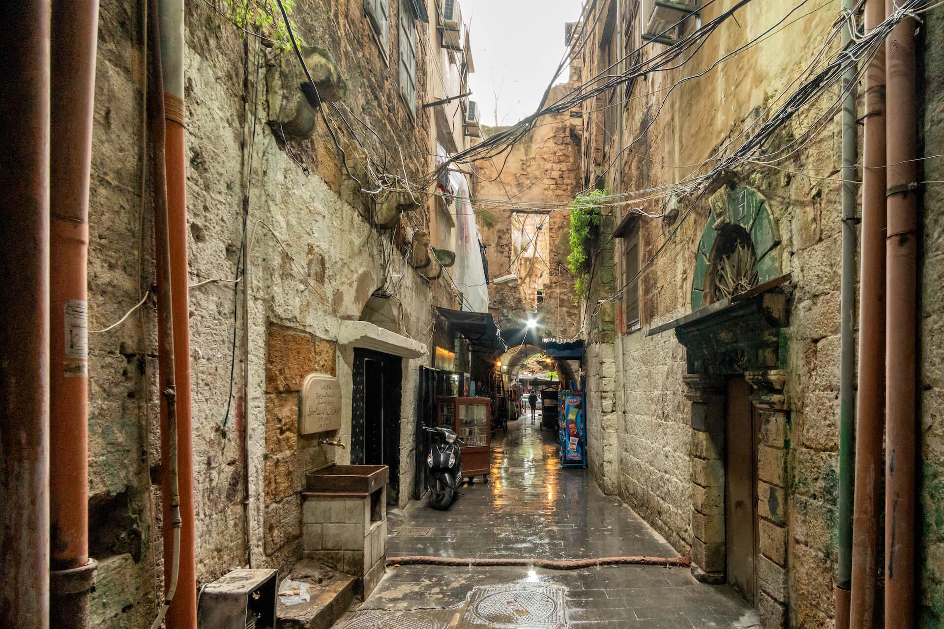 Straatje in de regen in de oude souk van Tripoli