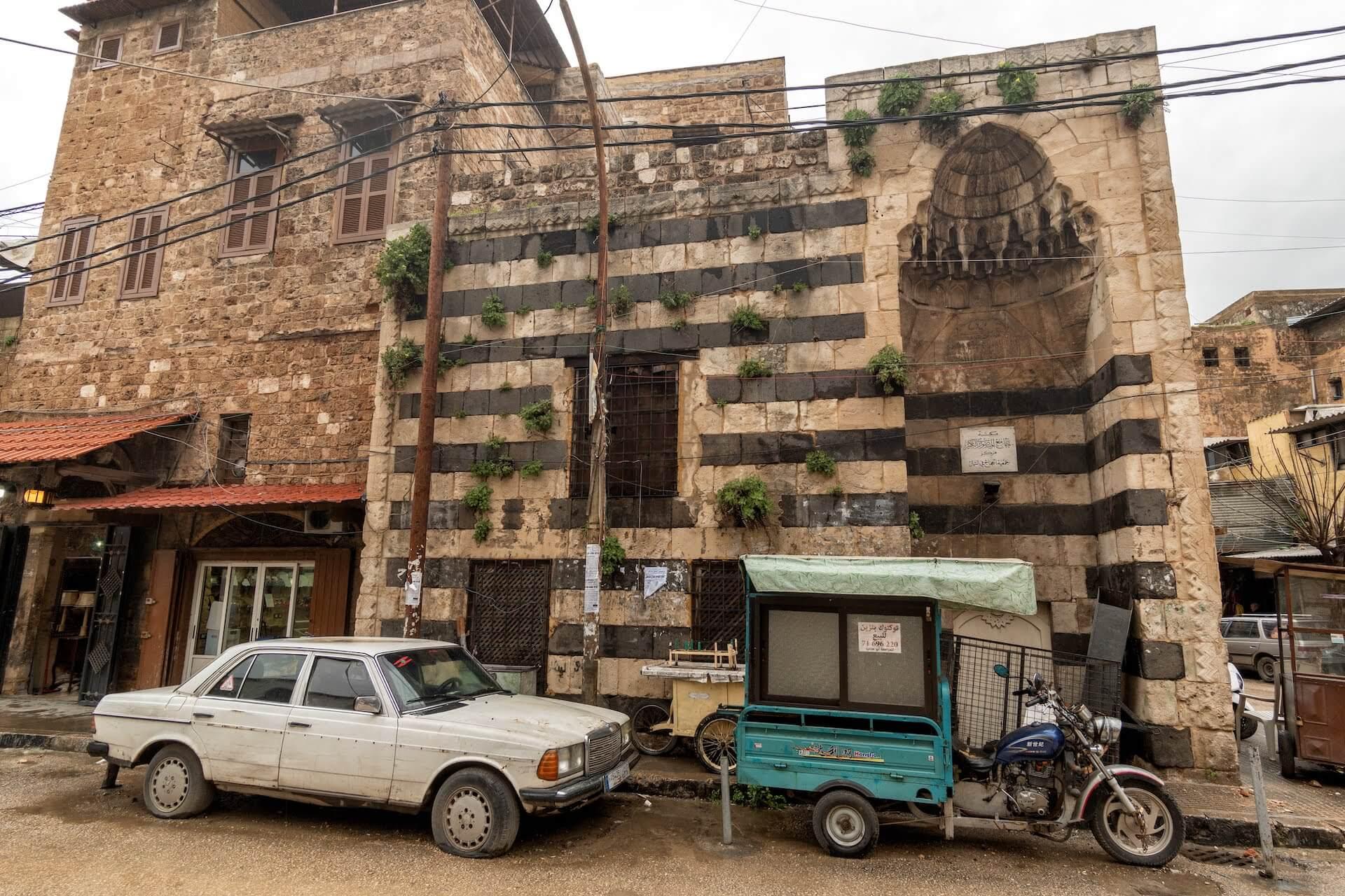 Een islamitische leerschool vlakbij de oude souk van Tripoli