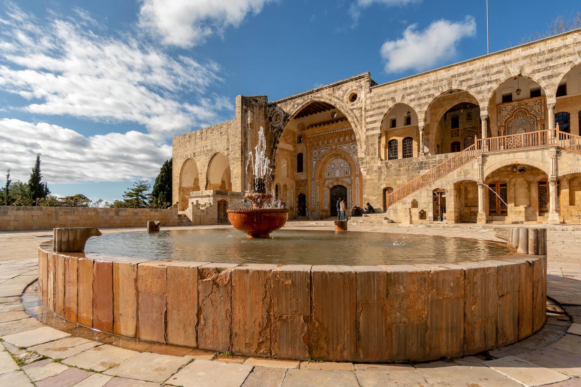 Fontein in de binnenplaats van het Beiteddine Paleis in Libanon
