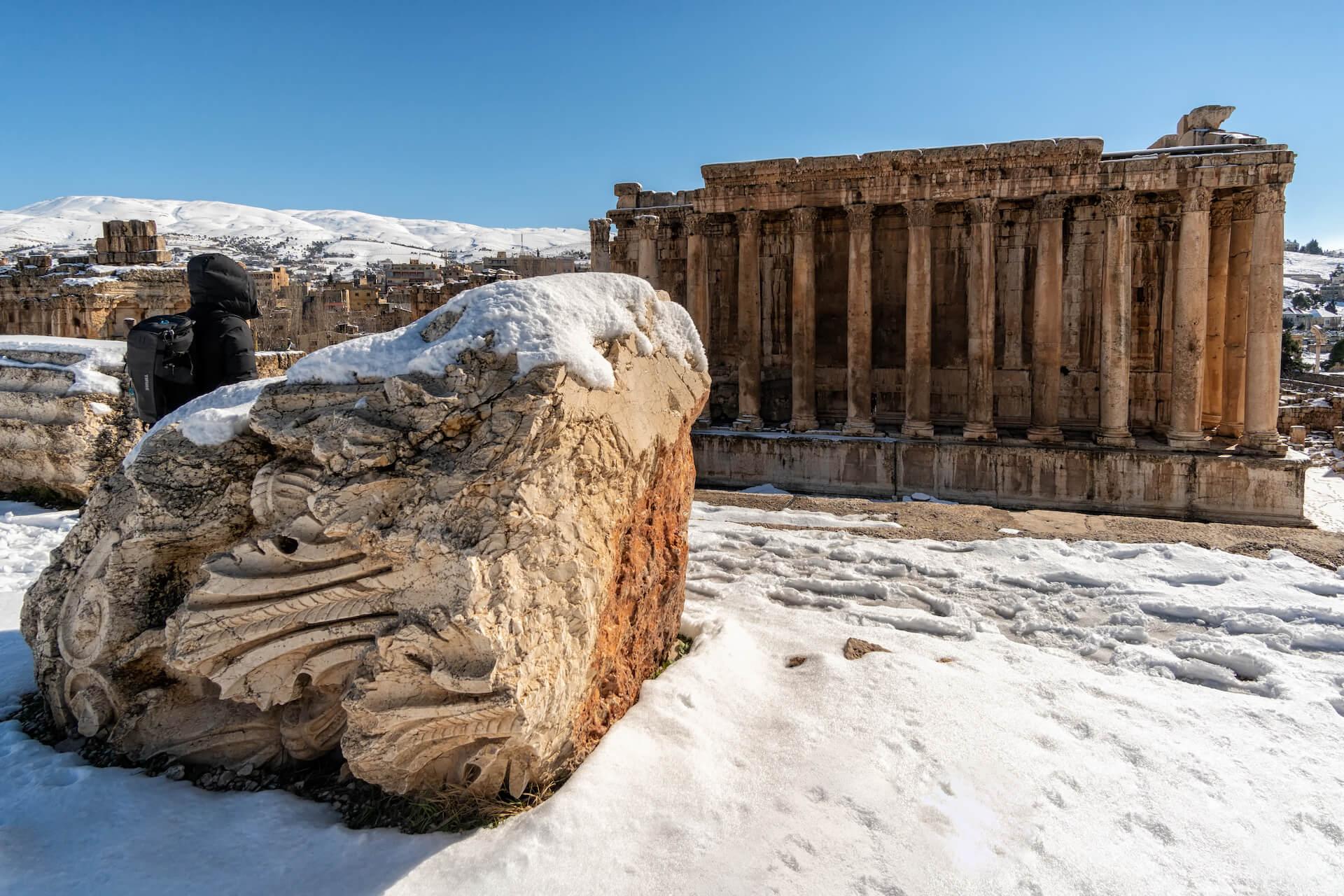 De Tempel van Bacchus in de sneeuw in Baalbek