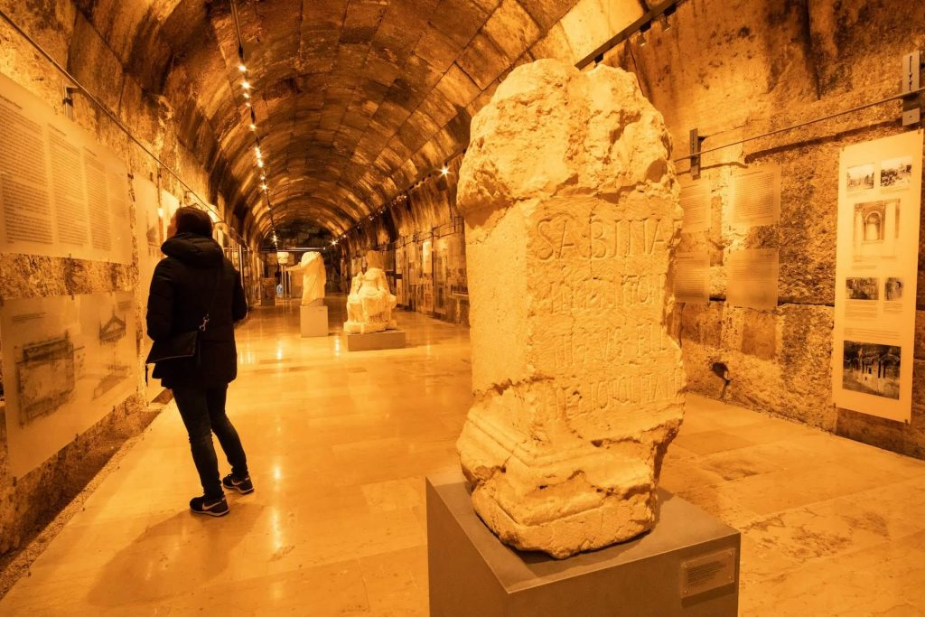 Backpacker in het museum van Baalbek in Libanon