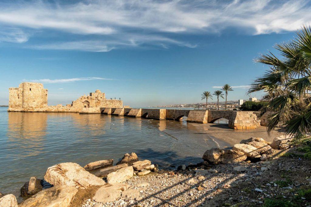 Kruisvaarders kasteel in het water voor Sidon