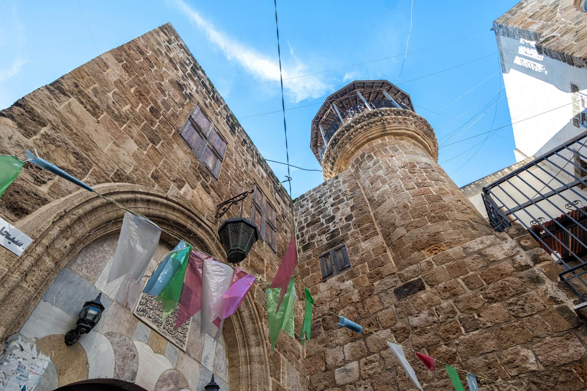 Moskee en vlaggen in Sidon