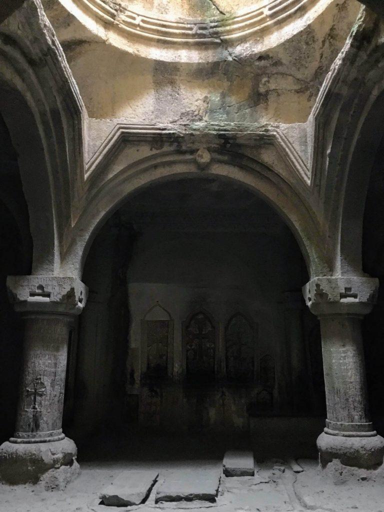 Uit de rotsen gehouwen hal in het Geghard klooster