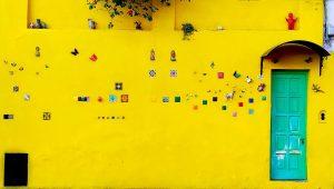 Gele gevels in de koloniale oude stad van Salta